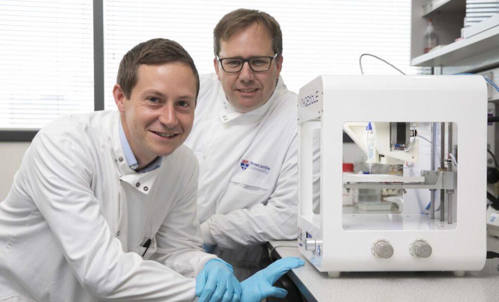 zdjęcie naukowców, artykuł o drukowaniu sztucznej rogówki oka, sztuczna rogówka