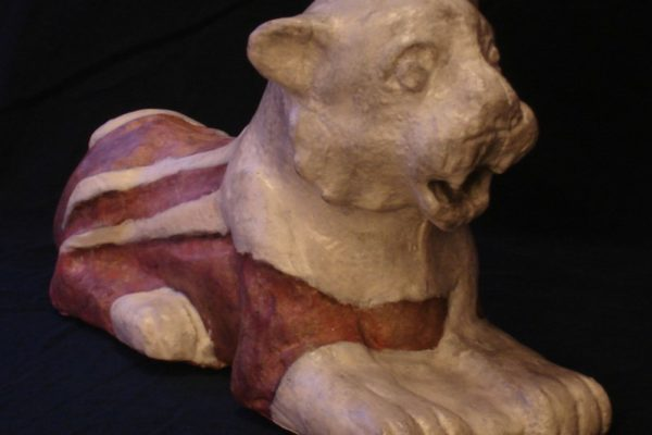 zrekonstruowana ceramiczna figurka lwa, która została strzaskana trzy tysiące lat temu w Mezopotamii.