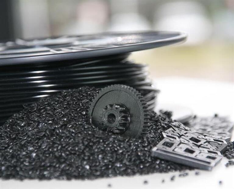 Rozdrobnione nieudane wydruki przy pomocy urządzenia marki 3devo w celu przetworzenia na filament oraz ponownego użycia